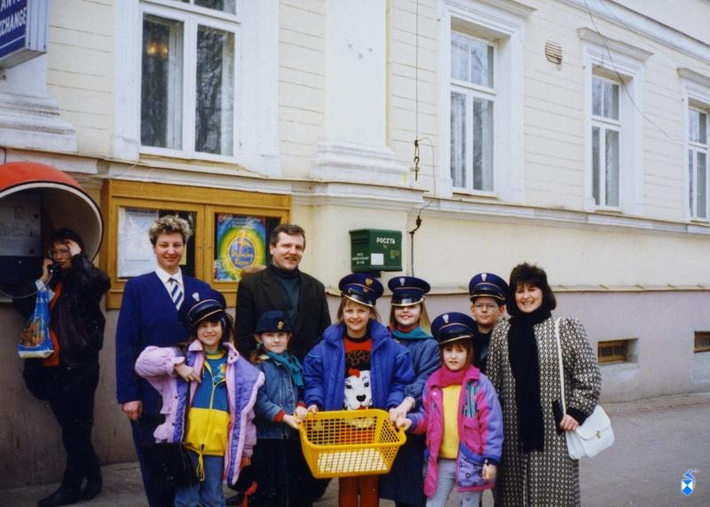 Pracownicy poczty przed jej budynkiem przy Placu Pocztowym