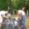Uczniowie z Jeziorka sprzątają na grobach 9 VI 2011