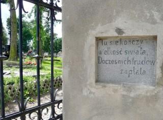Epitafium na murze przy wejściu na cmentarz przy Kaplicy Śmiarowskich