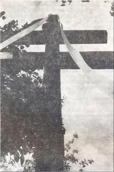 Krzyż od pomoru (Karawaka) stojący przy drodze do Starej Łomży