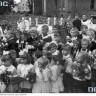 Delegacje dzieci z kwiatami