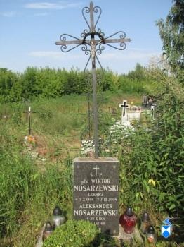 Grób  na cmentarzu parafialnym w Piątnicy doktora medycyny, pułkownika Wojska Polskiego, Wiktora Nosarzewskiego.