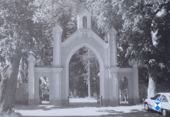 Brama cmentarza parafialnego z 1879 r. (2005 r.)