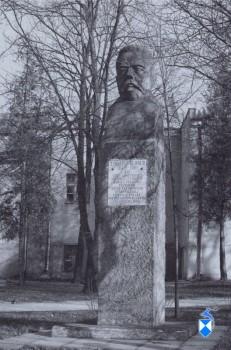Pomnik Zygmunta Glogera z 1973 r. przy ul. Polowej. (2005 r.)