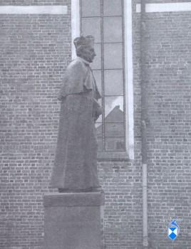 Pomnik Kardynała Stefana Wyszyńskiego z 2001 r. Przy katedrze (2005 r.)