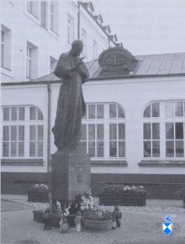 Pomnik papieża Jana Pawła II 1992 r. przy gmachu Wyższego Seminarium Duchownego (2005 r.).