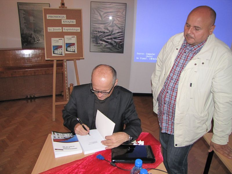 Autor podpisuje swoją książkę