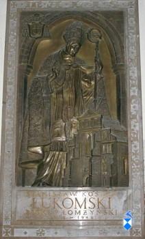 Ks. bp Stanisław Kostka Łukomski osłania swoim płaszczem katedrę