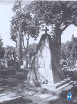 Pomnik Powstańców 1831., odsłonięty w 1931 r. na cmentarzu parafialnym (2005 r.)