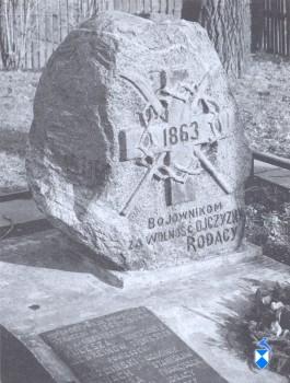 Pomnik  Powstańców z 1863 r., odsłonięty w 1916 r. przy Szosie Zambrowskiej (2005 r.)