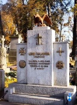 Pomnik na cmentarzu ufundowany przez Społeczeństwo Miasta Łomży w 15 rocznicę uzyskania niepodległości.jpg