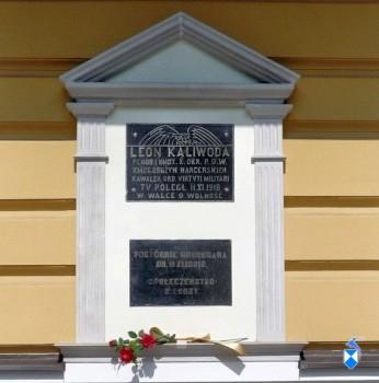Tablica na kamienicy Śledziewskich poświecona Leonowi Kaliwodzie