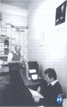 Pracują przy powielaczu Tadeusz Janucik (na pierwszym planie) i Antoni Rogowski. Fot: G. Lórinczy.