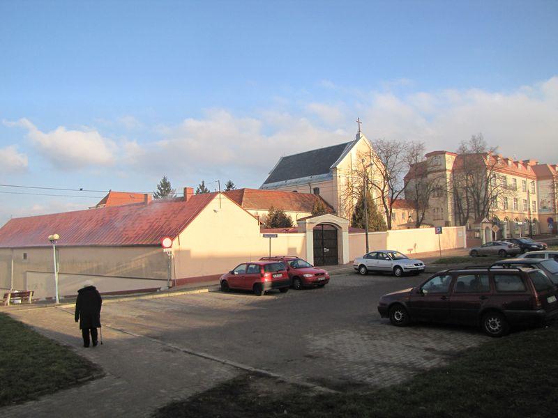 Klasztor i kościół Braci Mniejszych Kapucynów na Popowej Górze od strony ul. Rządowej
