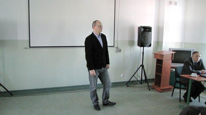 Dr Tomasz Dudziński dziękując prelegentom i publiczności kończy spotkanie.