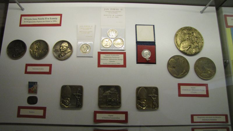 Medale papieskie z okazji wizyty Papieża w Łomży