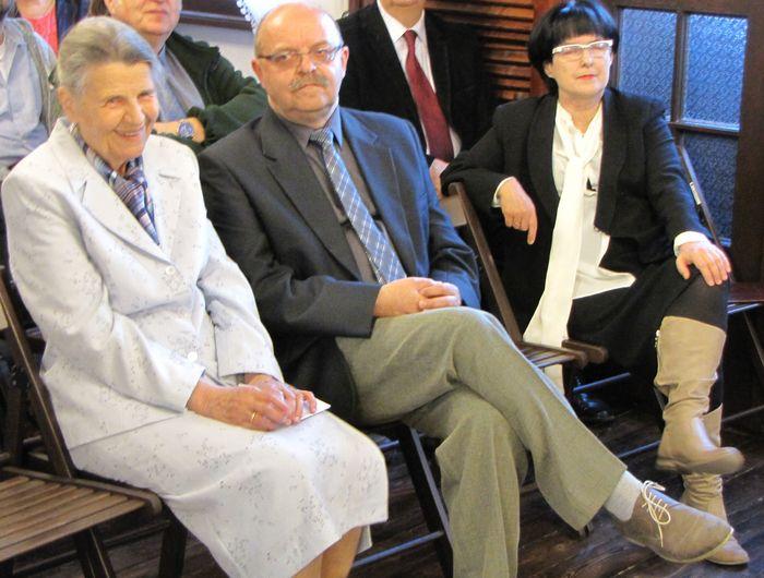 Od lewej Pani Krystyna Wikowska wnuczk Mariana Lutosławskiego, prelegentka, Pan Sławomir Zgrzywa prelegent i Pani Elżbieta Gosk przedstawicielka Starosty Powiatu Łomżyńskiego