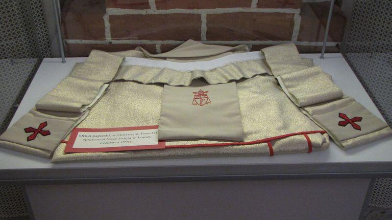 Ornat papieski w którym Jan Paweł II odprawiał Mszę świętą 4 czerwca 1991 roku