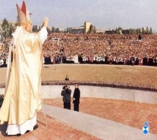 Papież pozdrawia zgromadzonych