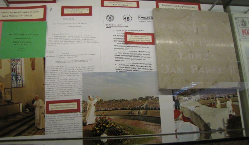 Materiały upamiętniające wizytę Jana Pawła II w Łomzy