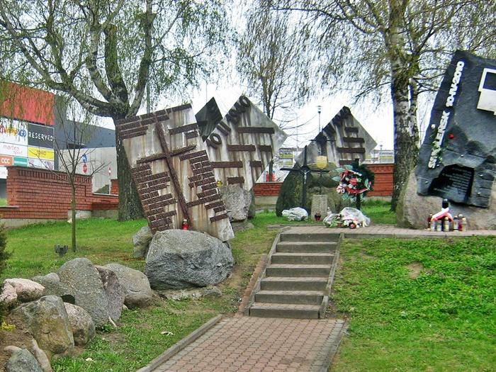 Łomża. POMNIK KATYŃSKI. Pomnikami Sybiraków i Ofiar Katastrofy Smoleńskiej. Autor Kulikowski K