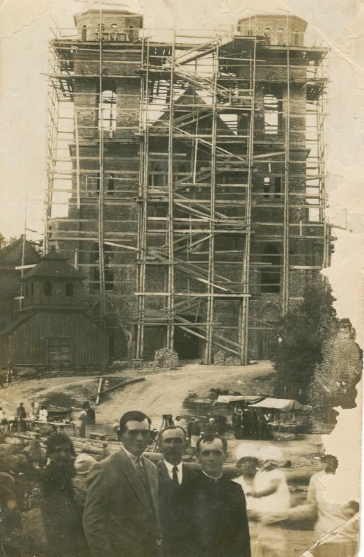 . Budowa kościoła murowanego, proboszcz Skarżyński z parafianami - lata 30. XX wieku