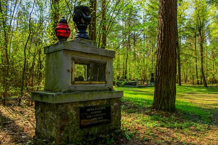 Gablota z butami na cmentarzu leśnym w Jeziorku. Wysocki K