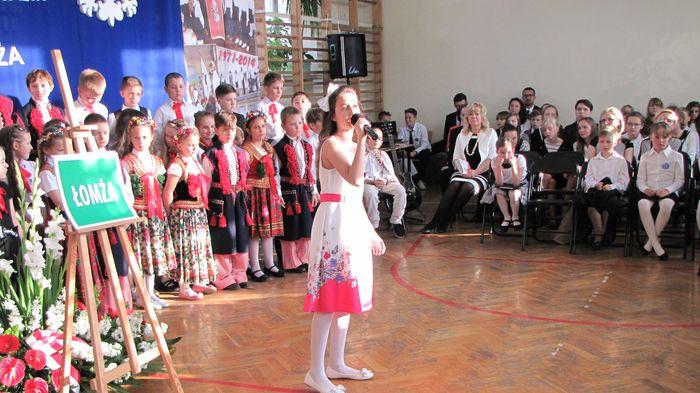 Inga Wawrzynkowska uczennica kl. IV C śpiew piosenkę Ireny Santor. Powrócisz tu