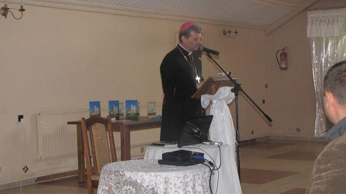 JE-ks.-bp-Tadeusz-Bronakowski-składa-życzenia-parafii-Piątnica-z-okazji-jubileuszu-100-lecia-kościoła-murowanego..jpg