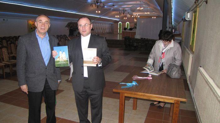Ks. proboszcz Szczepan Dobecki prezentuje publikację wydaną z okazji 100 lecia kościoła murowanego w Piątnicy. Od lewej Starszy Ł. B. H. Czesław Rybicki