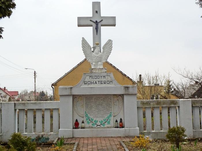 Nowogród. Pomnik MŁODYM BOHATEROM 1920 ROKU.  Autor. Sierzputowska M