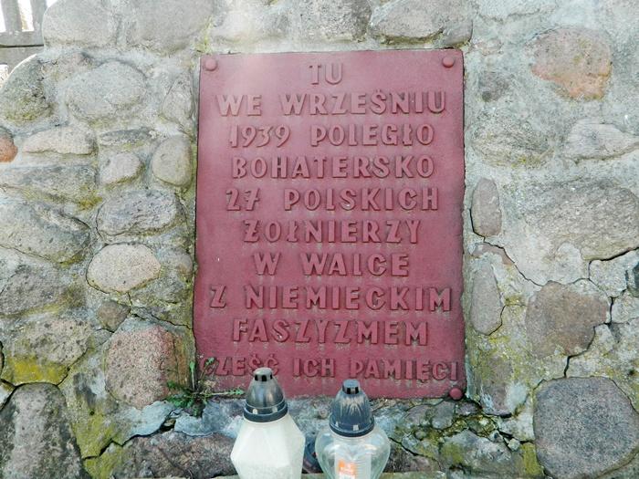 Nowogród. Pomnik z polnych kamieni - TU WE WRZEŚNIU 1939 POLEGŁO BOHATERSKO 27 POLSKICH ŻOŁNIERZY W WALCE Z NIEMIECKIM FASZYZMEM CZEŚĆ ICH PAMIĘCI. Autor Matlak T