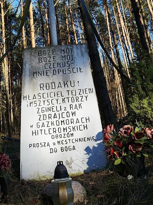 Nowogród.Tablica z krzyżem. Autor Choromańska W.