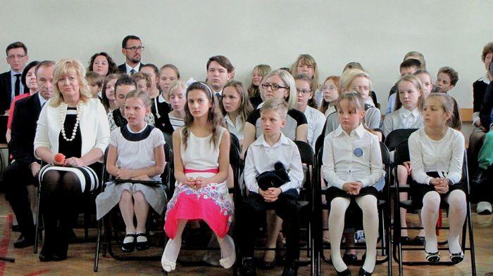Pani Bożena Wachowska 1 z lewe, 2 z lewj solistka Urszula Sulkowska i 3 z lewej solistka Inga Wawrzynkowska ich koleżanki i koledzy