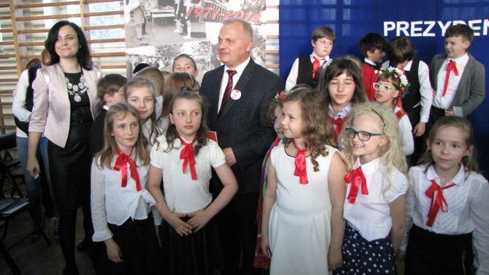 Pani Ewa Sawicka ze swoim ucznniami z Posłem Lechem Kołakowskim