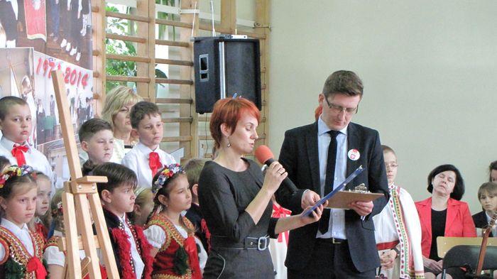 Pani Joanna Zysk czyta list od Wojewody Podlaskiego  Macieja Żywno