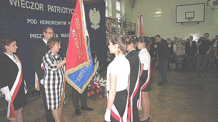 Pani dyr. Szeligowska Halina przekazuje nowy sztandar młodzieży szkolnej