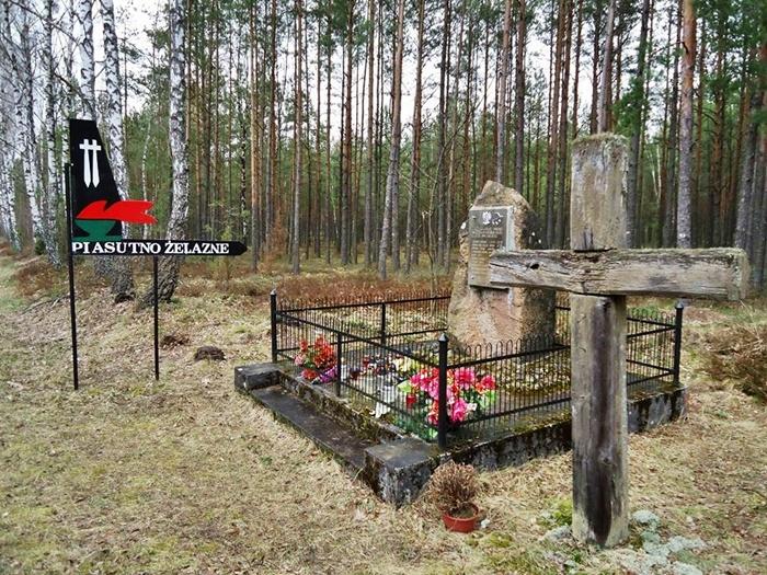 Piasutno Żelazne. MIEJSCE PAMIĘCI - miejsce śmierci żołnierzy AK poległych 29 czerwca 1944 roku. Autor Chludziński. J