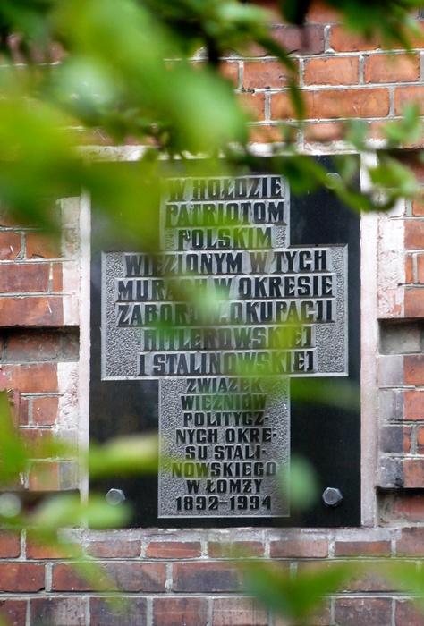 Pomnik w Hołdzie Patriotom Polskim na ścianie byłego Więzienia Gubernialnego w Łomży.
