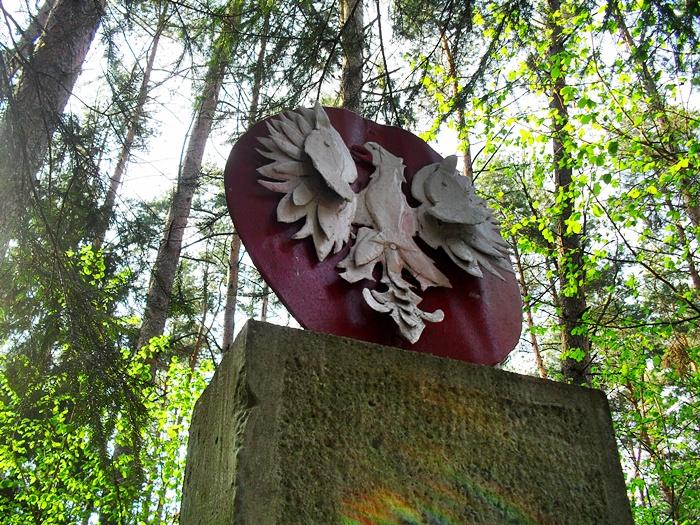 Pomnik lesie giełczyńskim poświęcony-wszyxtkim zamordowanym. Autor-Sobieszuk A.