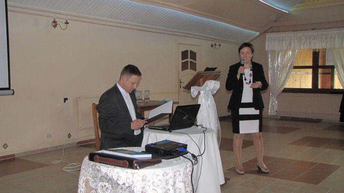 Promocja albumu o kościele w Piątnicy. Opowiada autorka Beata Sejnowska - Runo. Ks. Robert Czeladko obsługuje prezentację multimedialną.
