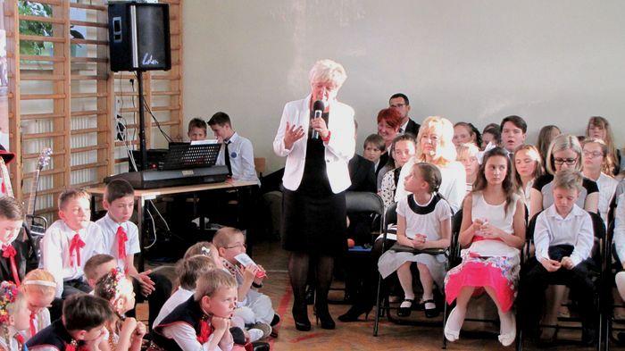Przemawia zastępca prezydenta miasta Łomża Mirosława Kluczek przy okazji babcia swoich wnuczków uczniów tej szkoły
