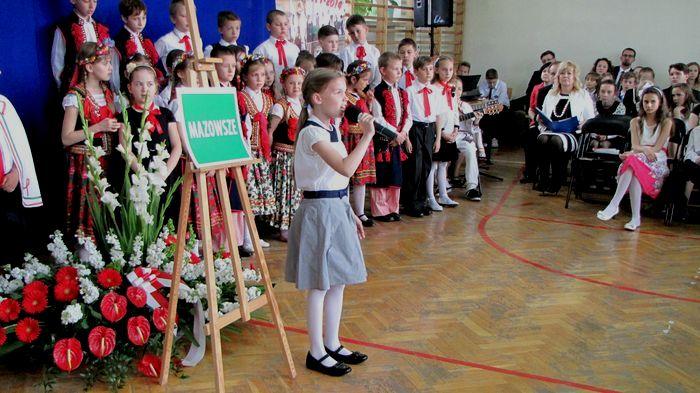 Uczennica kl. IV B 3. Urszula Sulkowska śpiewa piosenkę Anny German. Być może