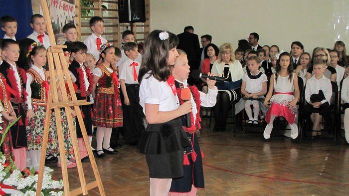 Uczniowie klasy II C i III C w czasie występu w Wieczorze Patriotycznym 1
