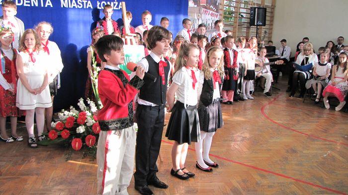 Uczniowie klasy II C i III C w czasie występu w Wieczorze Patriotycznym 13