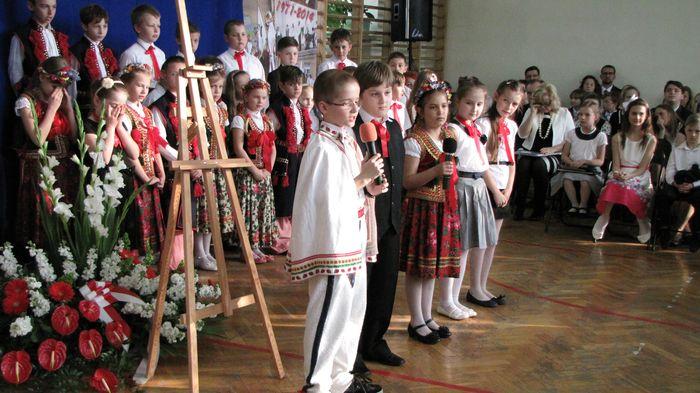 Uczniowie klasy II C i III C w czasie występu w Wieczorze Patriotycznym  3
