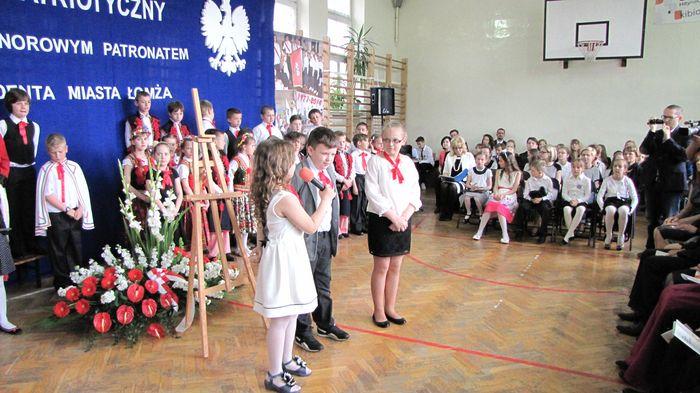 Uczniowie klasy II C i III C w czasie występu w Wieczorze Patriotycznym  4