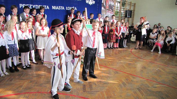 Uczniowie klasy II C i III C w czasie występu w Wieczorze Patriotycznym  6