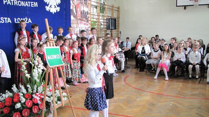 Uczniowie klasy II C i III C w czasie występu w Wieczorze Patriotycznym  9