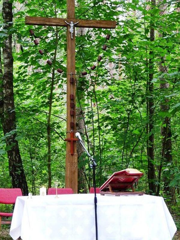 Odnowiony krzyż na Leśnej Polanie